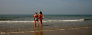 kinderen-kijken-naar-de-zee